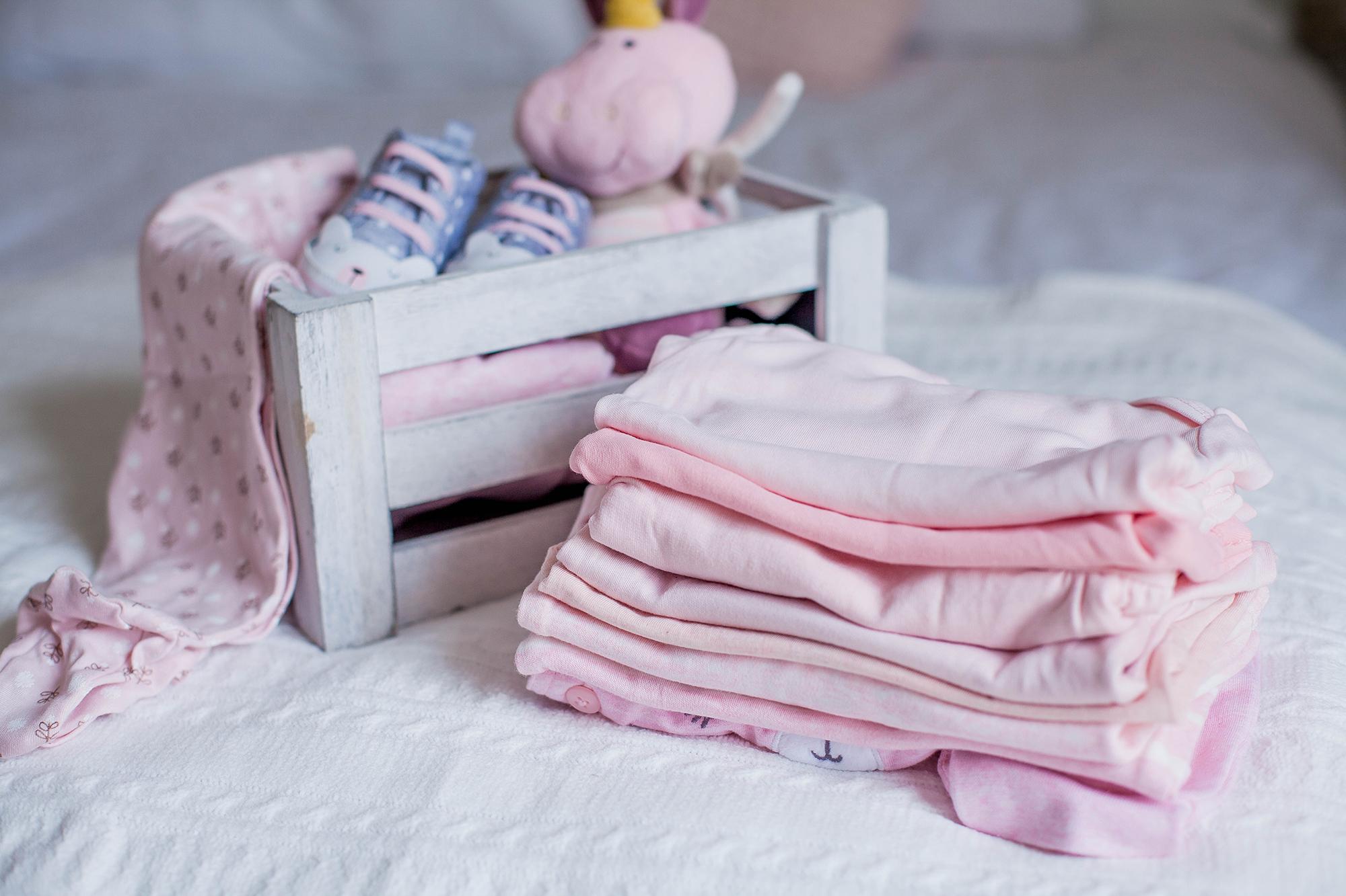 Grafika ukazująca ubranka dla niemowlęcia na zimowe spacery