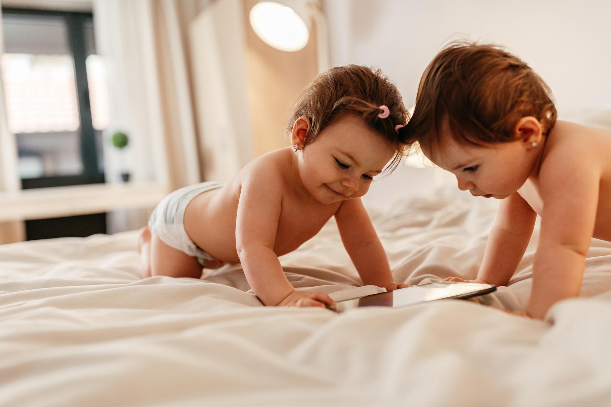 Bliźniaki - małe dzieci bawią się razem